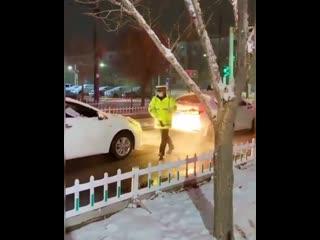 Просто японский полицейский чистит авто людям, чтобы те не попали в аварию.