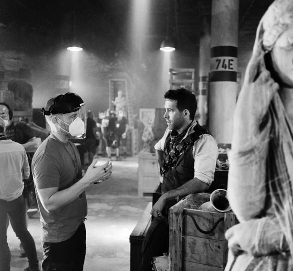 Райан Рейнольдс и режиссер Роусон Маршал Тербер на съёмках боевика «Красное уведомление»