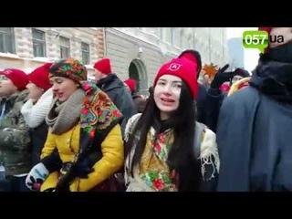 Смерть с косой, демоны и ангелы. На площади Свободы украинцы массово спели колядку