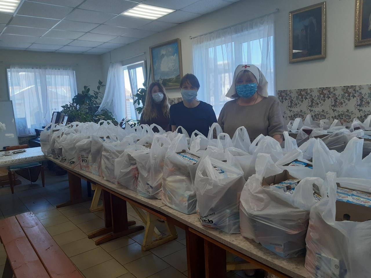 Наши сестры опять собирают и комплектуют продуктовые наборы для многодетных, пенсионеров и инвалидов.