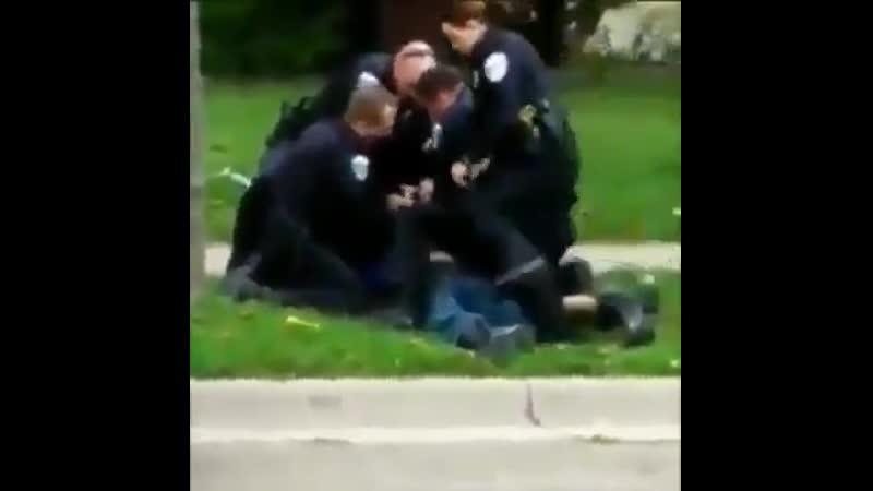 Огайо полиция группой избивает поваленного на землю арестованного в наручниках человека Либерасты хотите как в Америке