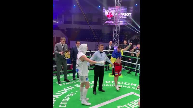 Момент перемогаи українського боксера Карена Чухаджяна на території країни-агресора проти російського боксера