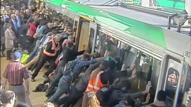 50 Leute kippen Zug, um Eingeklemmten zu befreien!