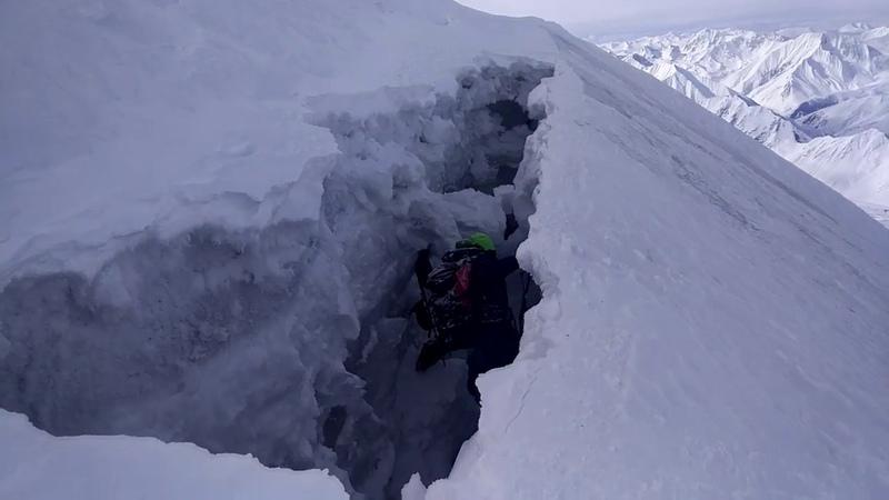 Попадание в расщелину на леднике, Казбек, 4870 м Dangerous glacier crack, Kazbek, Georgia