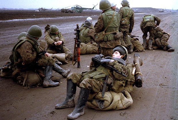 Российские новобранцы ждут переброски в Грозный в военном аэропорту Моздока. Северная Осетия, 1995 год Фото: Reuters