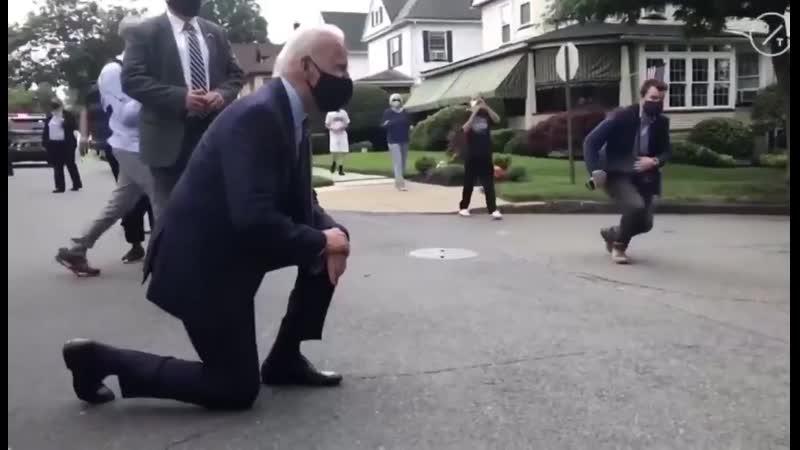 Кандидат в президенты в США Джо Байден во время визита в Пенсильванию вышел из машины и встал колено