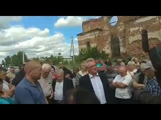Губернатор Пензенской области Иван Белозерцев на сходе в Чемодановке 15 июня