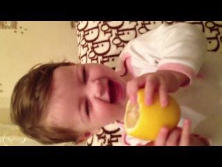 Сладкая девочка кушает лимон
