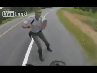 Полицейский остановил спортбайк НА ХОДУ!!!