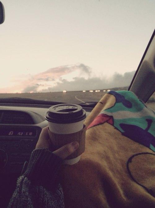 Фото кофе в руке девушки в машине