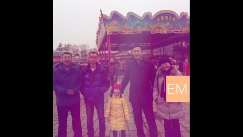 带着可爱的小女孩去逛庙会 。