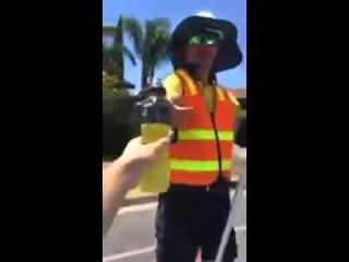 Парни раздают напитки рабочим в 40 градусную жару  Австралия