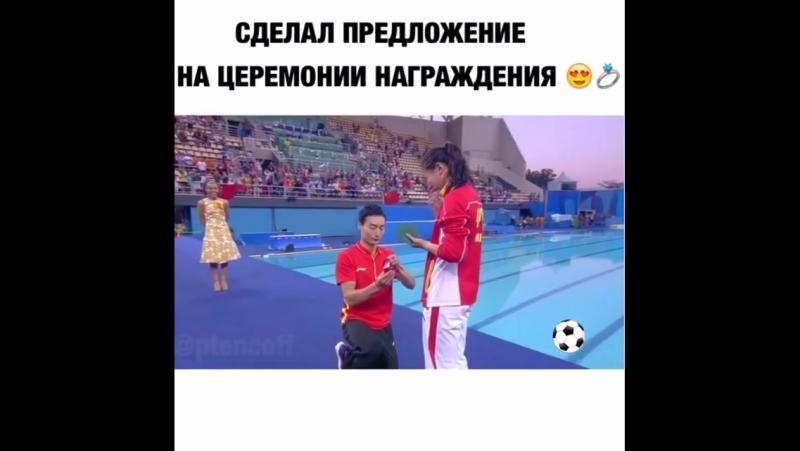 Китайская прыгунья в воду заняла второе место в прыжках с трамплина На церемонии награждения она получила свою серебряную меда