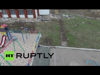 На Украине в деревне Никишино Донецкой области беспилотник заснял детей  играющих на площадке среди руин.