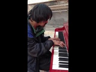 Бездомный самоучка играет на пианино волшебную музыку