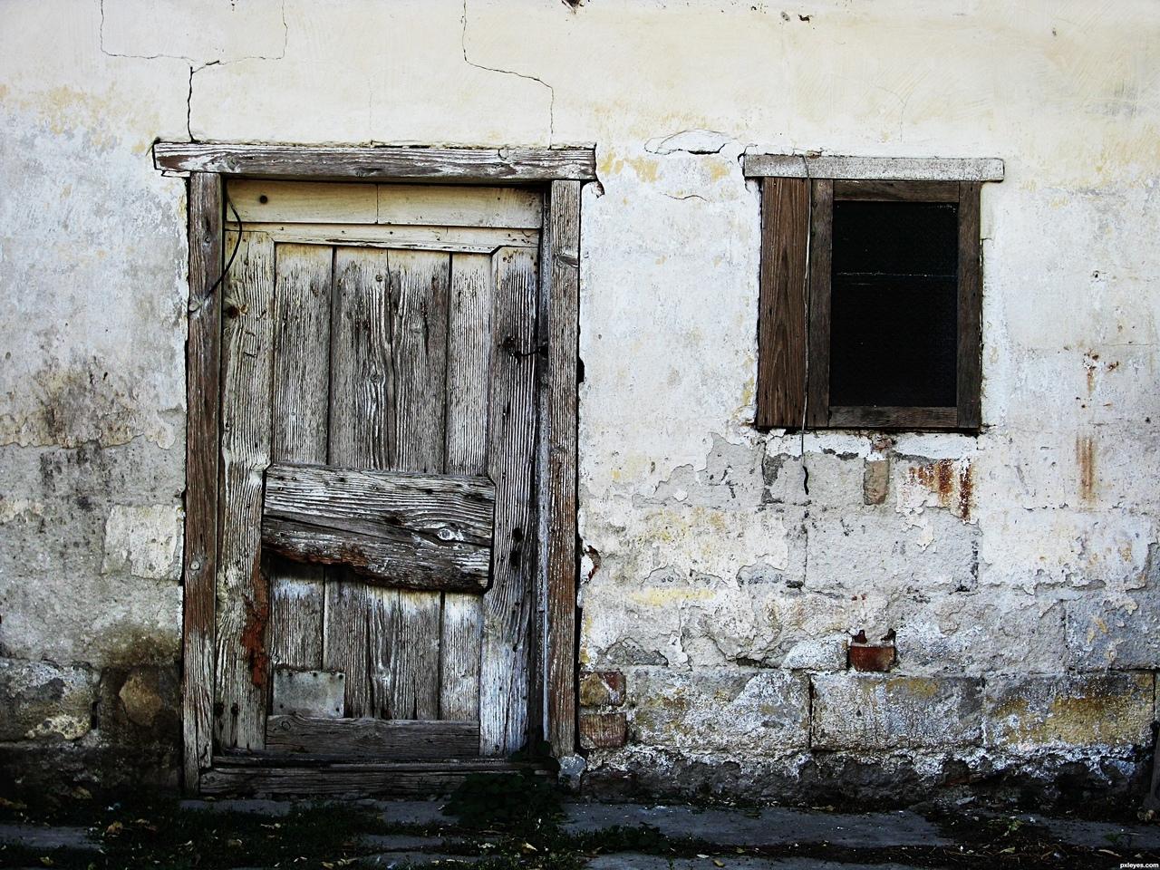 заброшенный дом и открытая дверь фото является