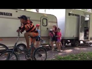 Местные дети подглядывают когда выйдут актеры сериала Сваты 7
