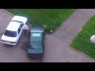 Жена поймала мужа с любовницей и разбила его машину. Жесть! Спалила застала застукала измена и наказание месть авто
