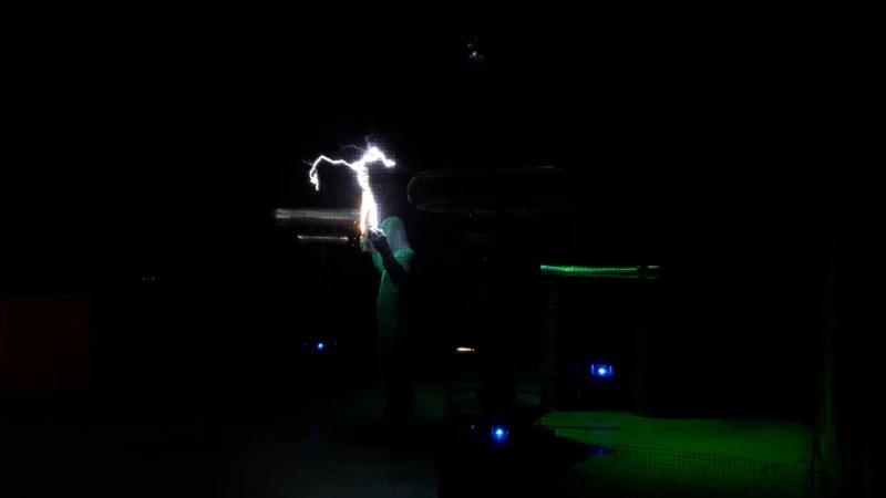 Электрическое шоу Тесла в Сочи. Звуки мелодии издаются электрическими разрядами!