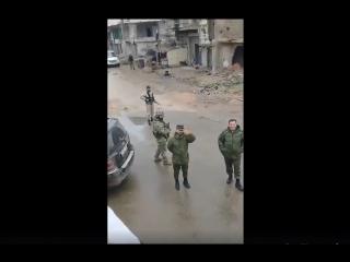 Бригадир Сухаил Аль-Хассан встречает колонну Сирийской армии, направляющуюся в Дамаск