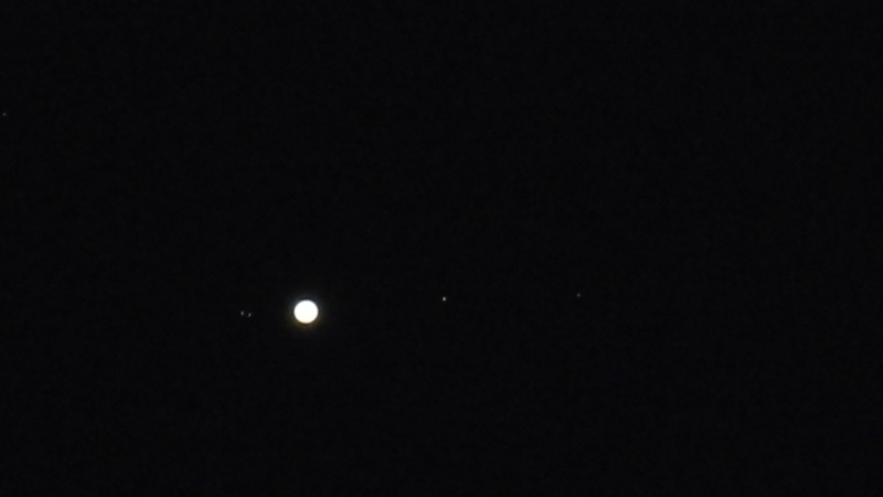 Jupiter mit vier monden im bild onen links ein Stern