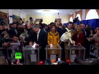 Зеленский и Порошенко проголосовали во втором туре президентских выборов на Украине