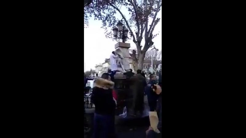 Italien moslemischer Flüchtling zerstört Maria-und-Jesus-Statue Passanten werfen Steine und halten ihn auf