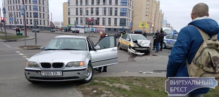 """Помните, как столкнулись такси и БМВ на Махновича? Там продолжаются """"косяки"""", надо бдить"""