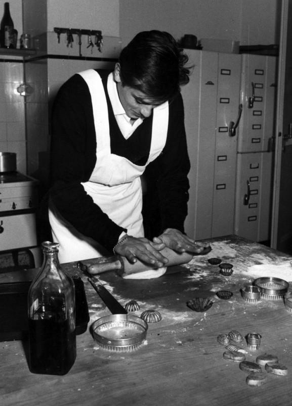 Ален Делон готовит печеньки, 1960 год.