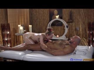 Здоровый мужик жестко дрючит на массаже леди баг