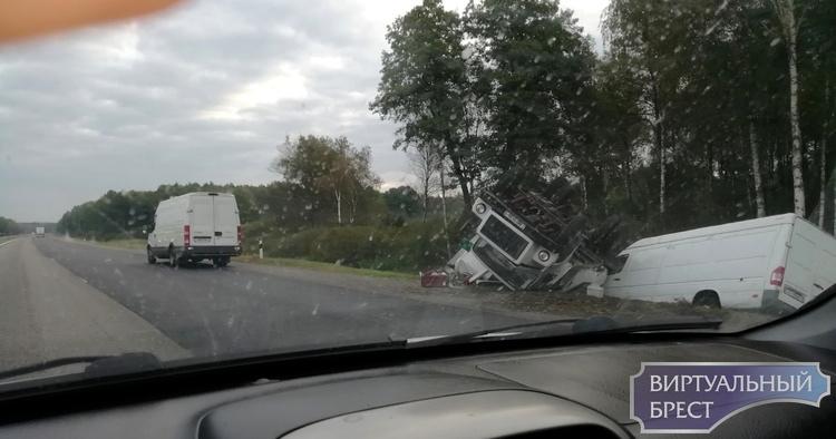 На трассе М1 между Ивацевичами и Барановичами в кювете грузовик и микроавтобус