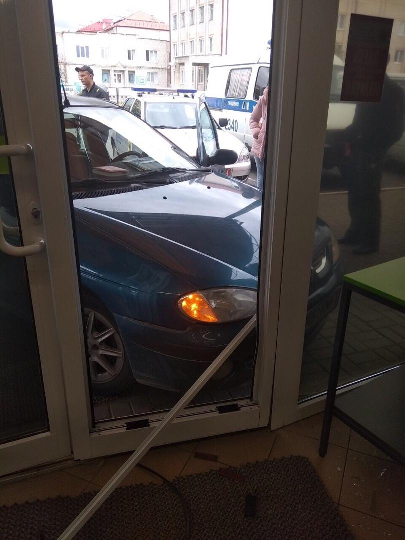 В Ганцевичах девушка на «Рено» чуть не въехала в магазин