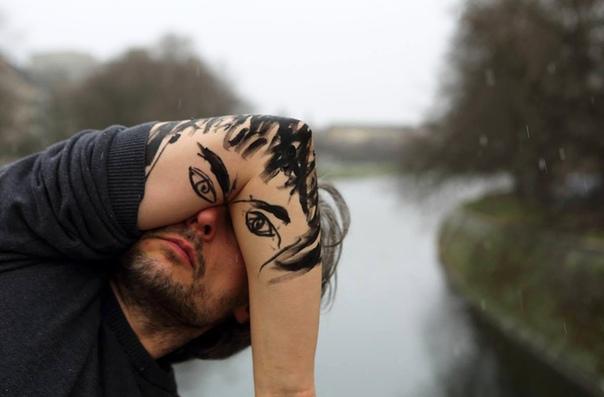 Себастьян Беник (нем. Sebastian Bienie, родился 24 апреля 1975 года) немецкий фотограф, художник, режиссёр и писатель с польскими корнями. До определённого момента он был не известен, пока не