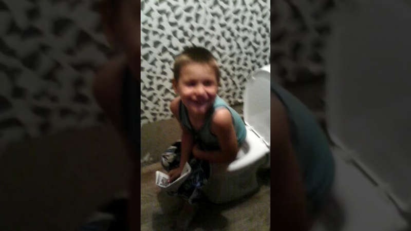 брат срёт в туалете 6