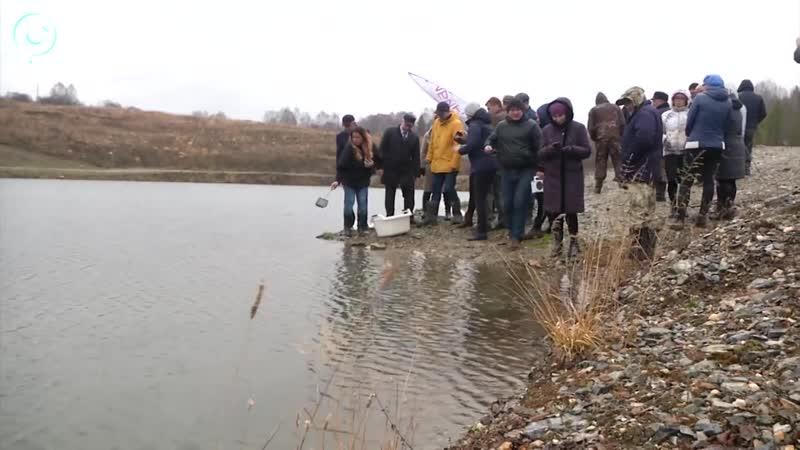 Журналисты газеты Советская Сибирь запустили радужную форель в водоём вблизи Маслянино