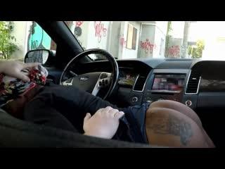 Ebony prostitute sucks in car(interracial,porn,порно)