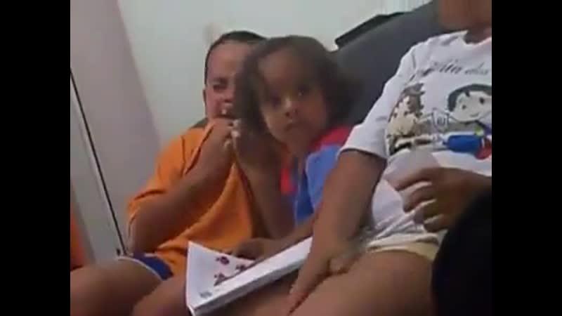 Trollando o filho com barata de borracha dentro da vitamina