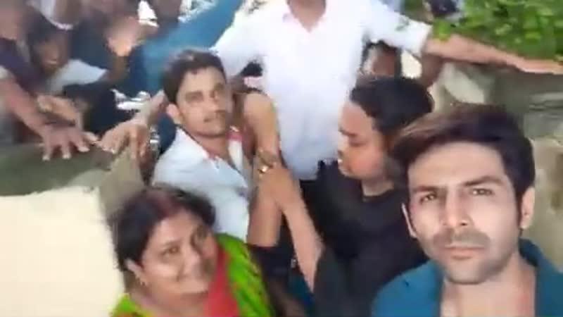 Картик с фанатами в Лакхнау на съёмки фильма «Pati Patni Aur Woh»