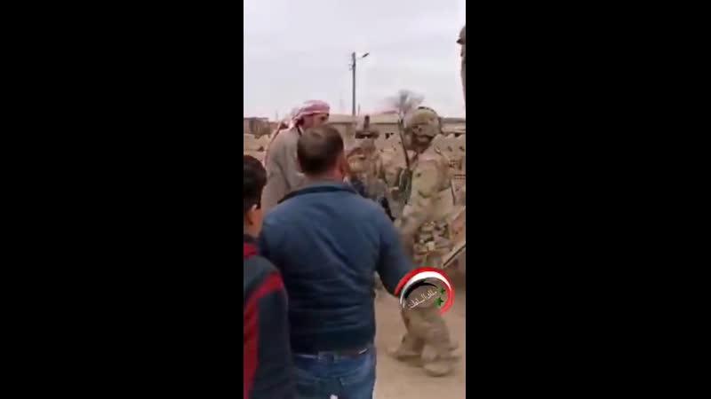 Житель провинции Хасака высказывает американским военнослужащим свое недовольство их присутствием в Сирии
