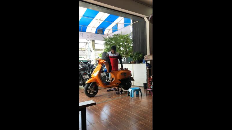Ретро байк Веспа на ремонте в офисе Байк Пхукет