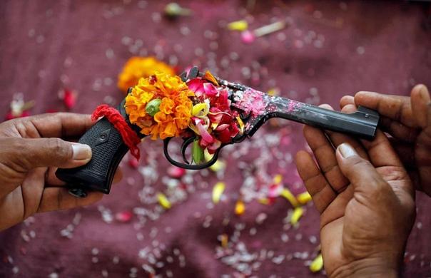 Офицер полиции возносит молитвы своему оружию во время ритуала на фестивале Виджаядашами (фестиваль, празднующий победу добра над злом . Ахмедабад, Индия(с) Amit Dave /