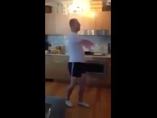 А я хочу перемирия! Муж танцует на кухне)))