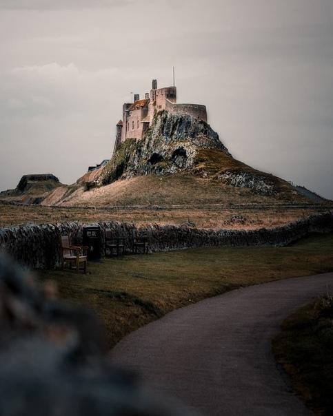 Замок Линдисфарн находится в графстве Нортумберленд в Англии.