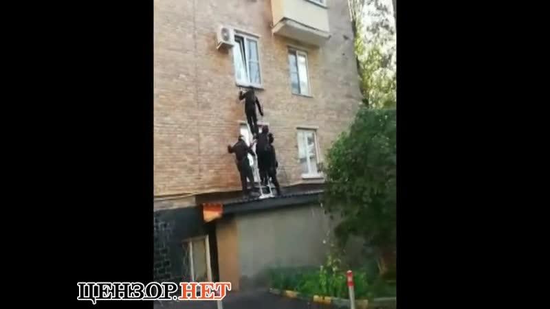 российский спецназ насмешил соцсети безуспешным штурмом квартиры