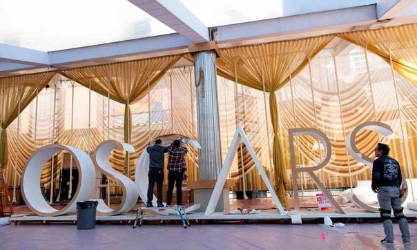 """Рабочие оформляют красную дорожку в голливудском театре """"Долби"""", Лос-Анджелес, США"""