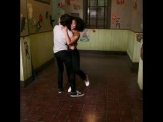 Каст сериала «леденящие душу приключения сабрины» танцует под «straight to hell»