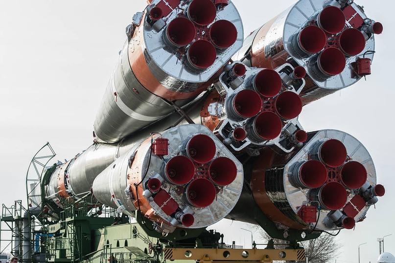 На космодроме Байконур 6 апреля космический корабль «Союз МС-16» и его ракета-носитель «Союз 2.1а» доставлены из сборочного корпуса на стартовую площадку. Фото: Андрей Шелепин / Центр подготовки космонавтов им. Гагарина