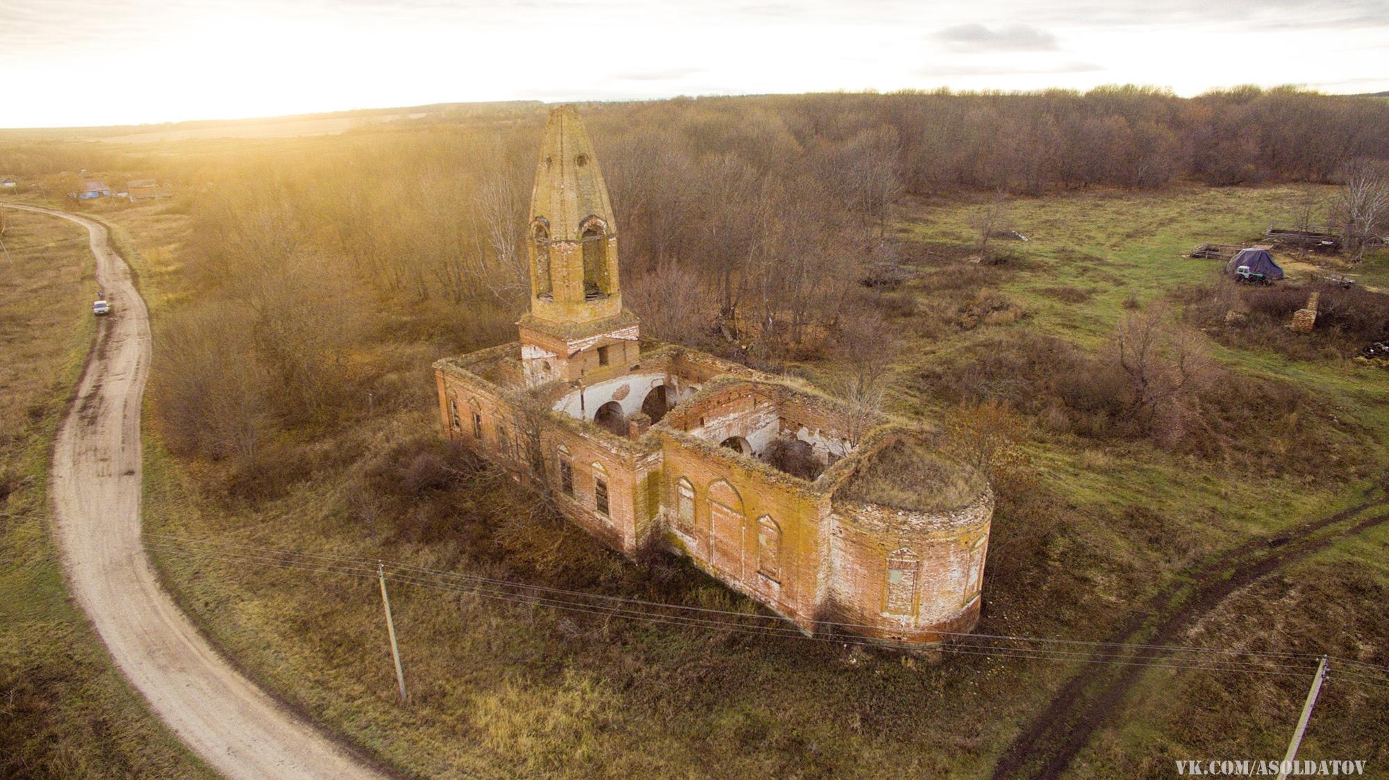 Церковь Казанской иконы Божией Матери в селе Фатуевка с высоты птичьего полета.