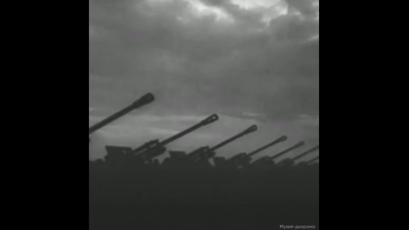 Сегодня День Первого Салюта.Посмотрите, как это было в далёком 1943 году.Нарисуйте, сделайте аппликацию салюта. Ждем ваши работы