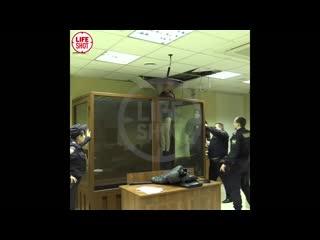 Убивший сестру при изгнании бесов пытался сбежать из суда через потолок.mp4